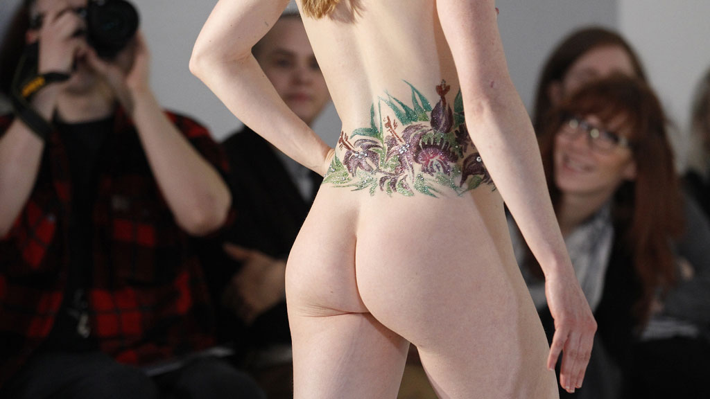 KEISERENS NYE KLÆR: Hattedesigner Robyn Coles viste en litt annerledes motevisning under London Fashion Week tidligere denne uken.