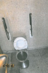 De siste dagene før 15-åringen ble tatt hånd om av barnevernet bodde hun to netter på offentlige toalett sammen med en syv måneder gammel baby, blant annet på dette toalettet utenfor Sandnes.  (Foto: Politiet)