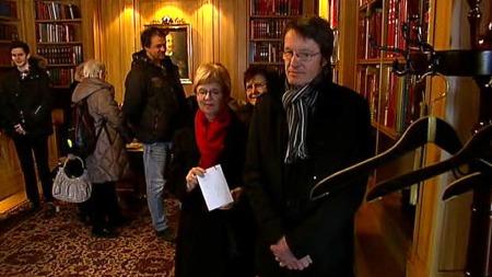 GRATULANTER I KØ: Flere hadde tatt turen til slottet for å signere gratulasjonsprotokollen til kongens 75-årsdag. (Foto: TV 2)