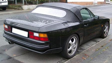 Helt mot slutten av produksjonsløpet kunne 944 også leveres som cabriolet - som følge av etterspørsel fra enkelte solfylte markeder, samt tilfanget av ombyggingssett fra tvilsomme kilder. Ei heller den offisielle 944-cabrioen var imidlertid egnet til å vinne skjønnhetspriser. (Foto: Rudolf Stricker / Wikipedia Commons)