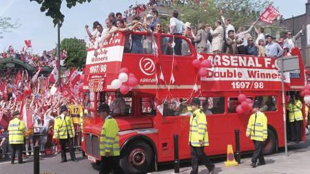 Arsenal-fansen i gatene i Islington i London, 17.mai 1998 etter dobbeltriumfen. (Foto: SEAN DEMPSEY/AP)