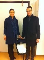 BABY: Kronprinsesse Victoria og Daniel reise fra sykehuset 8 timer etter fødselen. (Foto: HANDOUT, ©IK)