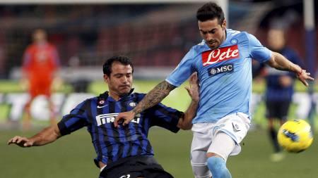 Napolis Ezequiel Lavezzi (t.h.) i duell med Inters Dejan Stankovic. (Foto: STRINGER/ITALY/Reuters)