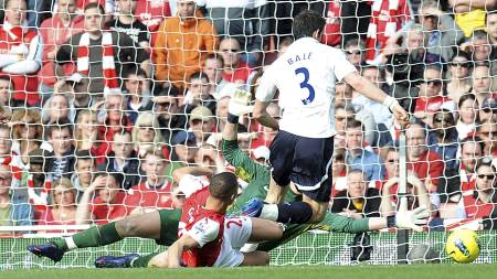 Gareth Bale går i bakken. (Foto: Tony Marshall/Pa Photos)