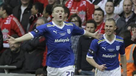 Joe Mason feirer 1-0-scoringen i ligacupfinalen mot Liverpool. (Foto: Sang Tan/Ap)