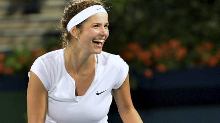Julia Görges smiler etter å ha slått ut Caroline Wozniacki. (Foto: MARWAN NAAMANI/Afp)