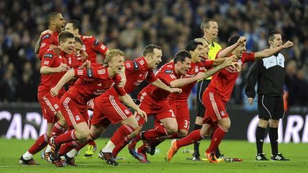 ENDELIG TITTELJUBEL: Liverpool-spillerne slipper jubelen løs etter at ligacupseieren ble sikret i straffesparkkonkurranse mot Cardiff. (Foto: Dominic Lipinski/Pa Photos)