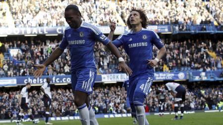 Luiz og Drogba mot Bolton (Foto: SUZANNE PLUNKETT/Reuters)