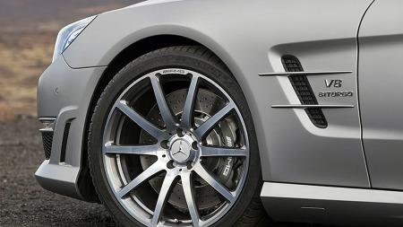 Som vanlig skiller AMG-versjonen seg optisk fra standard SL ved en frontfanger med større spoiler og luftinntak, sideskjørt og store felger som skjuler bremser av generøst format.