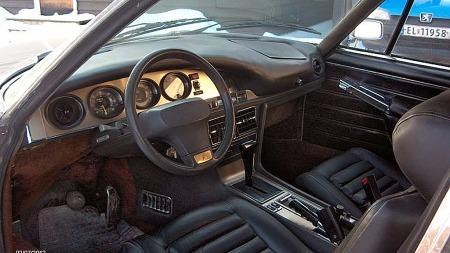 Ovale instrumentklokker var heller ikke noe vanlig syn på 70-tallet, men Citroën SM hadde dem. Dashboardet i Olavs bil hadde sprukket og blitt stygt etter en mannsalder i Arizona og California, så han trakk det like godt om i sort skinn.