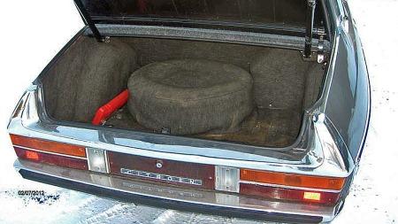 Den store kombi-aktige bakluken gir god adgang til bagasjerommet i SM, som også er forholdsvis omfangsrikt til å være en slik bil.