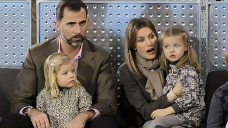 PÅ TENNISBANEN: Kronprins Felipe har tatt med seg konen Felizia og barna Sofia (t-v) og Leonor (t.h) på tenniskamp.