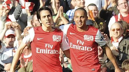 Yossi Benayoun feirer med Theo Walcott etter at sistnevnte har scoret 4-2 for Arsenal. (Foto: Tony Marshall/Pa Photos)