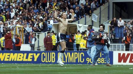 Tottenhams keeper Erik Thorstvedt jubler i bar overkropp etter seieren over Arsenal i FA-cupen 1991. (Foto: Holm, Morten/NTB scanpix)