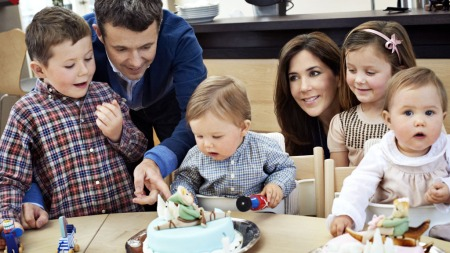 DANSK FAMILIEIDYLL: Kromprins Fredrik og Kronprinsesse Mary med sine fire barn, Christian (t.v) Isabella (bak t.H) og de to små tvillingene Vincent og Josephine.