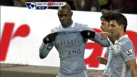 Mario Balotelli med kjærlighetserklæring til Raffaella Fico etter scoring mot Blackburn. (Foto: PLP/)