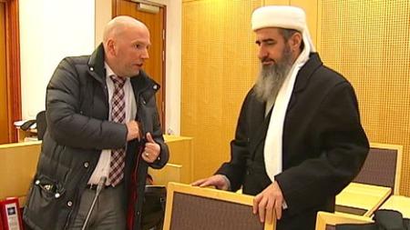 I RETTEN: Mulla Krekar og forsvarer Brynjar Meling.  (Foto: Ola Thingstad / TV 2)