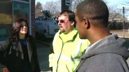 RETT STED TIL RETT TID: Sjåføren og passasjeren kan prise seg lykkelig over at kollegene Cliff Dose og Shawn Brown var på rett sted til rett tid. Her blir de intervjuet av CBS' Diana Rocco. (Foto: CBS News)
