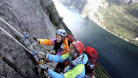 TEAMBUILDING: Daglig leder Per Christian Øyan (foran) er ikke redd for å gi seg selv og de ansatte fysiske utfordringer. Her sammen med Aina Sæthre på klatretur i Kjerag. (Foto: Privat/)