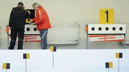 Her sjekker arrangøren blinkene til Ole Einar Bjørndalen. (Foto: Lennart Preiss/Ap)