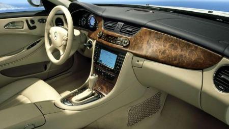 Innvendig er det klassisk Mercedes. Ikke noe nymotens dill-dall   - og store lister med treverk finnes i stort sett alle bilene. Sjeldent   utstyr inkluderer for eksempel massasje og kjøling i setene.