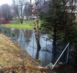 FLOM: Tette avløpsveier gjør at vannet ikkerenner bort. (Foto: Joachim Storvik)