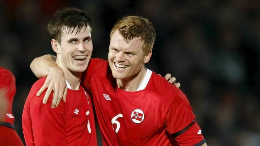 Håvard Nordtveit gratuleres av John Arne Riise etter å ha scoret sitt første landslagsmål for Norge. (Foto: Aas, Erlend/Scanpix)