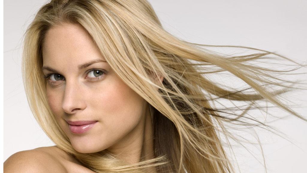 BEHOLD GLANSEN: Slik pleier du håret ditt om sommeren.
