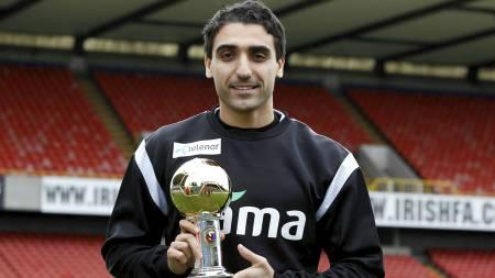 HEDRET: Mohammed «Moa» Abdellaoue viser frem beviset på at det var han som mottok Gullballen 2011. (Foto: Aas, Erlend/Scanpix)