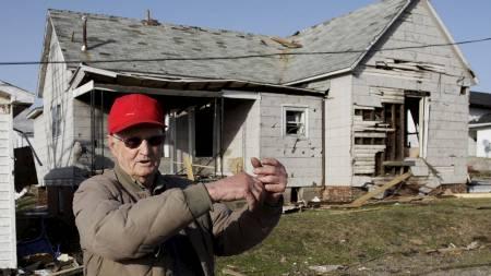 TAKET KOLLAPSET: 82 år gamle Dale Barnfield forklarer hvordan han våknet om natten av at taket var i ferd med å knekke sammen. (Foto: Tom Gannam/Reuters)