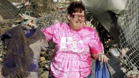 FORTVILET: Patty Ferrell begynner å gråte etter å ha funnet klær som tilhører datteren Jaylynn, én av de døde etter tornadoen som rammet USA. (Foto: Tom Gannam/Reuters)