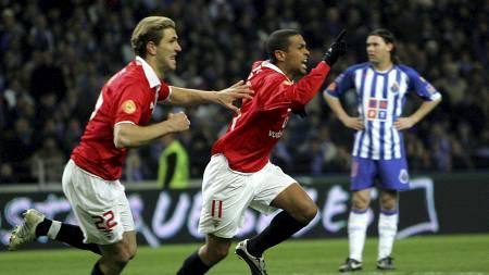 Azar Karadas jubler med Geovanni etter Benfica-mål mot Porto. (Foto: NICOLAS ASFOURI/AFP)
