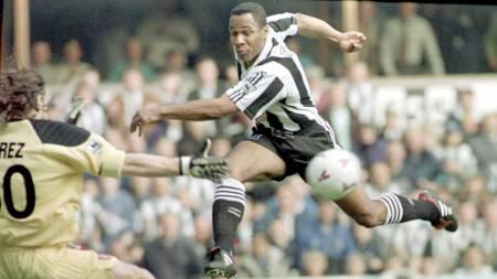 Newcastles Les Ferdinand scorer på Sunderlands Lionel Perez. St James' Park, Newcastle, 5 April 1997.  Kampen endte 1-1. (Foto: OWEN HUMPHREYS/AP)