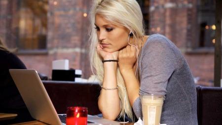 81 MINUTTER DAGLIG: Svenske forskere har funnet ut at man føler seg dårligere jo lenger tid en bruker på Facebook daglig. I snitt er svenske kvinner pålogget i 81 minutter hver dag.  (Foto: Illustrasjonsfoto)