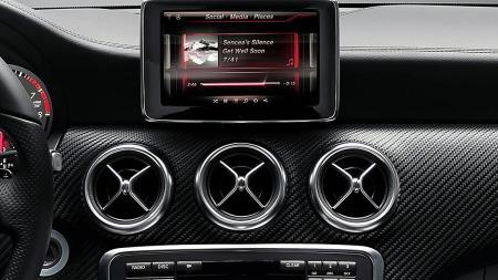 Musikk, navigasjon eller kanskje en mail til kjæresten - via den sentrale skjermenheten og integreringen med telefonen kan du styre det meste i nye Mercedes A-klasse. (Foto: Daimler AG)