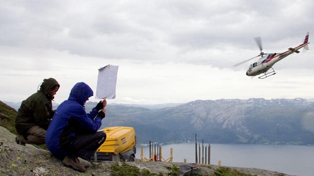 FOTOGRAFERES: Aktivistene blir fotografert av Statsnett både fra helikopter og fra bakken. Denne fotograferingen kan være ulovlig.  (Foto: Aktivistene)