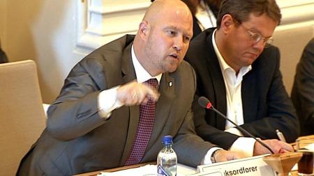 HAMRA LAUS: Kommiteleiar Anders Anundsen (FrP) hamra laus på helseminister Anne-Grete Strøm-Erichsen.  (Foto: TV 2)