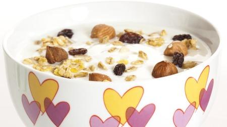 GODT ALTERNATIV: En liten porsjon yoghurt med nøtter. (Foto: Colourbox)