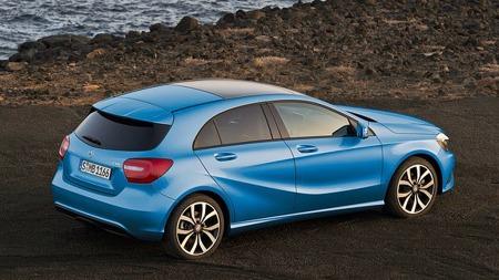 Også i standardversjon er det kraftfulle linjer på nye A-klasse. Bilen er noe kortere enn BMW 1-serie, men samtidig litt bredere og høyere.