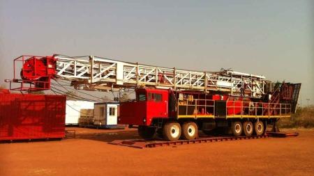 UTE AV DRIFT: Boretårnet ligg nede som følge av oljestriden mellom Sudan og Sør-Sudan.  (Foto: Kjetil Iden/TV 2)