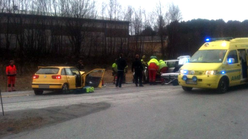 TRE TIL SYKEHUS: Tre personer ble fraktet til sykehuset i Ålesund etter ulykken på E136. (Foto: Per Chr. Dyrø / TV 2)