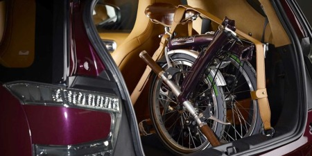 Sånn festes sykkelen din når du skal gjøre det på Aston Martin-metoden. Og sykkelen er selvsagt av typen Brompton - altså ikke noe du får gratis den heller...
