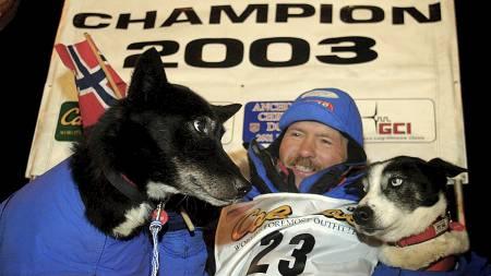 Robert Sørlie med hundene Takk og Blue etter å ha vunnet sitt   første Iditarod i 2003. Vinnertiden var 9 dager, 15 timer, 47 minutter   og 36 sekunder. (Foto: AL GRILLO/AP)