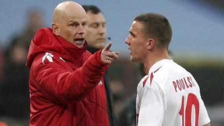 En utvist Lukas Podolski går forbi trener Ståle Solbakken i kampen mot Hertha Berlin. (Foto: ROLF VENNENBERND/Epa)