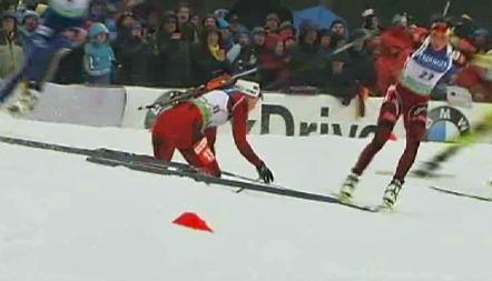 Synnøve Solemdal var svært lei seg etter fallet som ødela for konkurrentene på fellesstarten i VM. (Foto: TV 2)