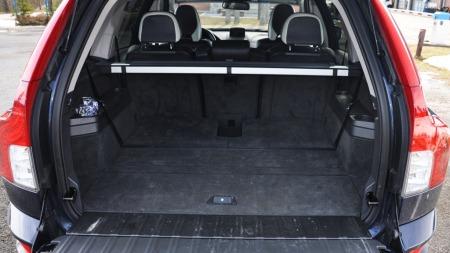 En av XC90s viktigste salgsargument er plass. Her får du 615 liter til rådighet om du ikke bruker den tredje seteraden. Selv med alle sju seter i bruk har du dessuten plass til en hel del bagasje.