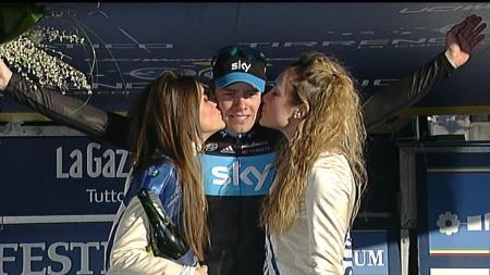 Edvald Boasson Hagen hedres etter seier på tredje etappe i Tirreno-Adriatico. (Foto: TV 2)