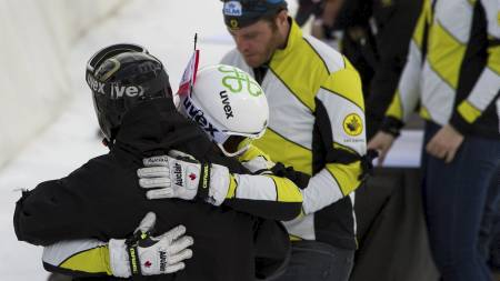 Medlemmer av det kanadiske skicrosslaget omfavner hverandre under en seremoni i Grindelwald for deres omkomne lagkamerat Nick Zoricic. (Foto: FABRICE COFFRINI/Afp)