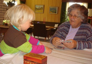 Amanda og bestemamma spiller kort. (Foto: Privat)