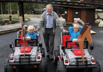Besteforeldre har tid til barnebarna og tar dem gjerne med på tur (Foto: privat)
